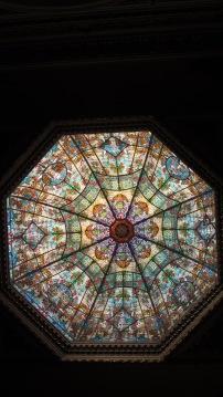 Mala fotografía de los fantásticos vitrales de la cúpula del hall.