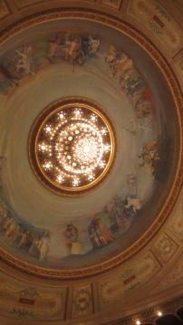 Lámpara y frescos de la Sala Principal.